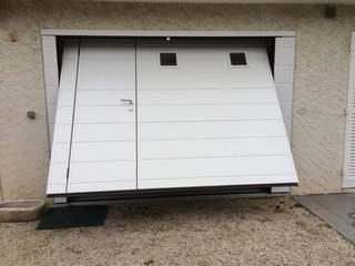 Porte de garage basculante isolante motorisée Moos avec portillon à SEYSSINS en Isère
