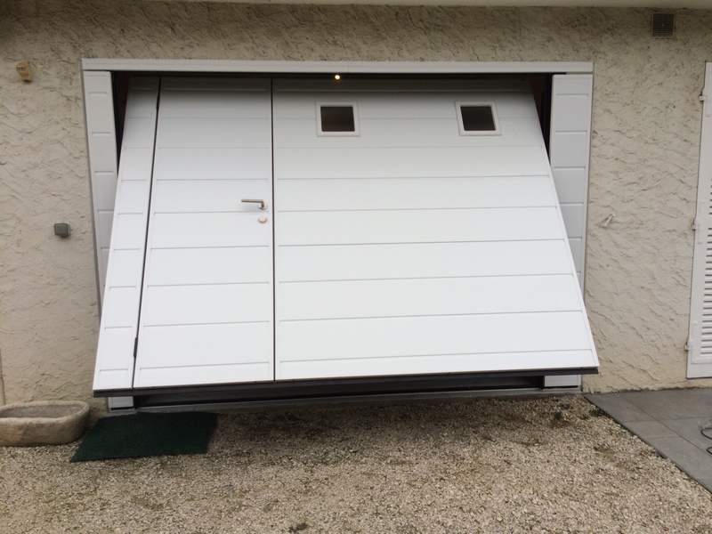 Porte de garage basculante isolante motoris e moos avec for Porte garage sectionnelle avec portillon