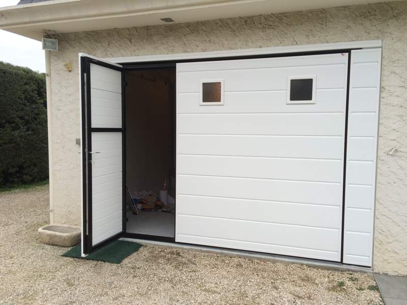 Porte de garage basculante isolante motorisee moos avec for Porte de garage coulissante et porte a carreaux