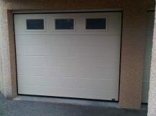 Porte de garage sectionnelle avec hublots rectangulaires