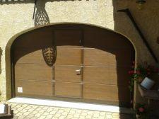 Porte de garage sectionnelle avec portillon à Guillestre - Hautes Alpes